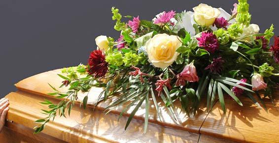 Pompes funèbres - Gerbe de fleurs sur cercueil