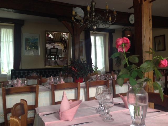 Salle du restaurant L'Auberge Ensoleillé à Dun les Places