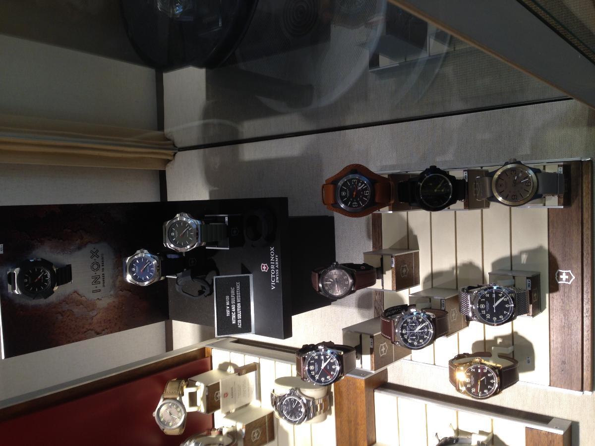 Montres acier et cuir proposées par la Bijouterie Julien au Mans