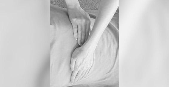 Une des positions des mains durant la sceance de reiki
