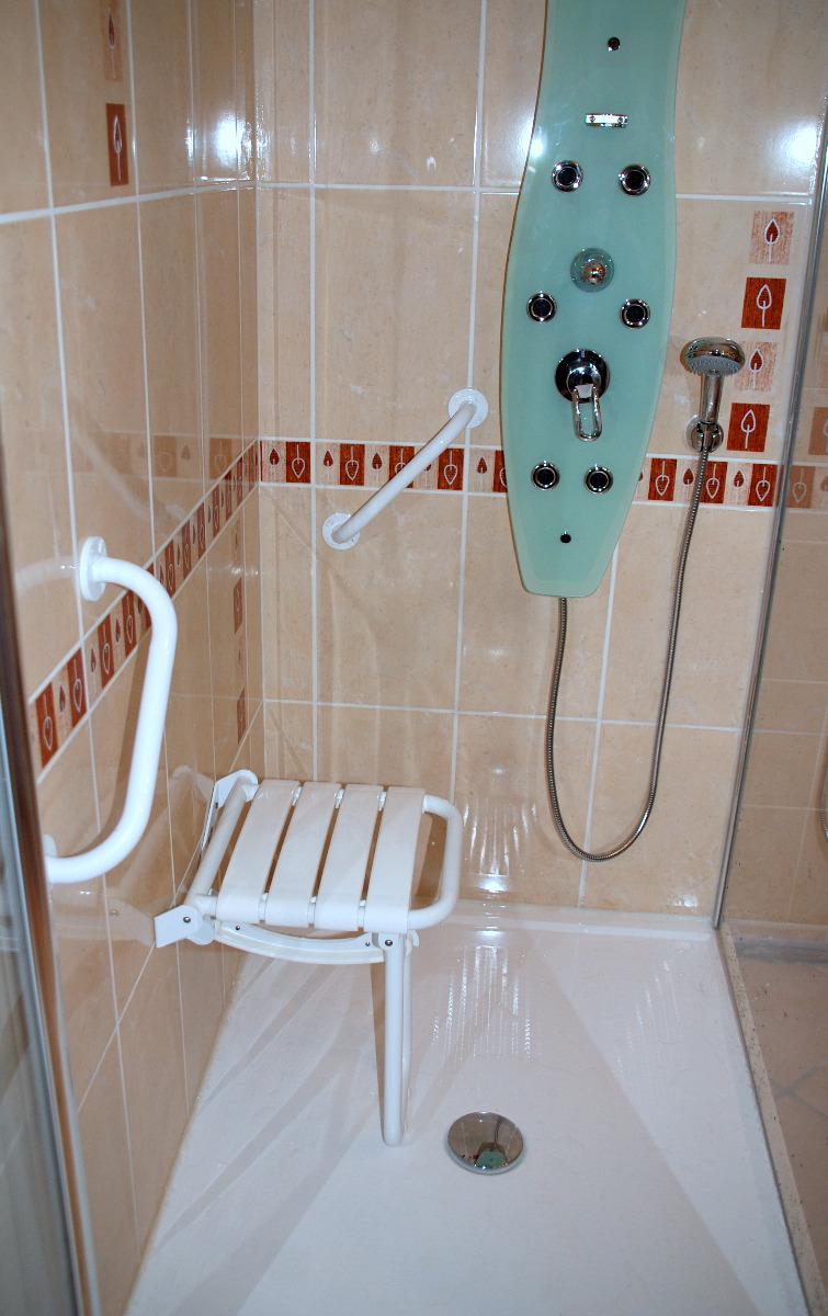Douche adaptée pour personne à mobilité réduite installée par APJ
