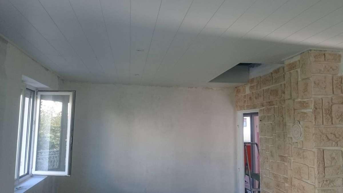 Mur plaqué et plafond en lambris revêtus MDF avec spots leds
