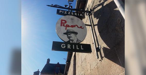 Enseigne de la pizzeria et restaurant Pépone à Combourg