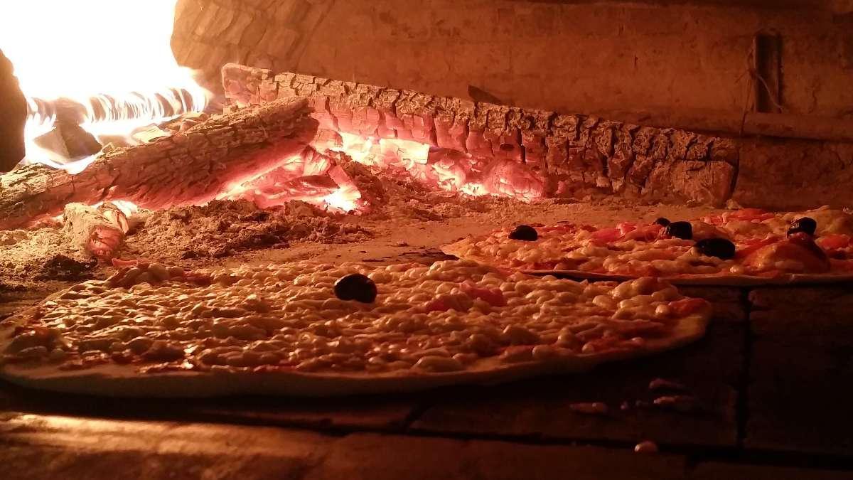 Four à bois pour grillades et pizzas à La Pizzeria, restaurant et grill de la Vitarelle à Decazeville dans l'Aveyron (12)