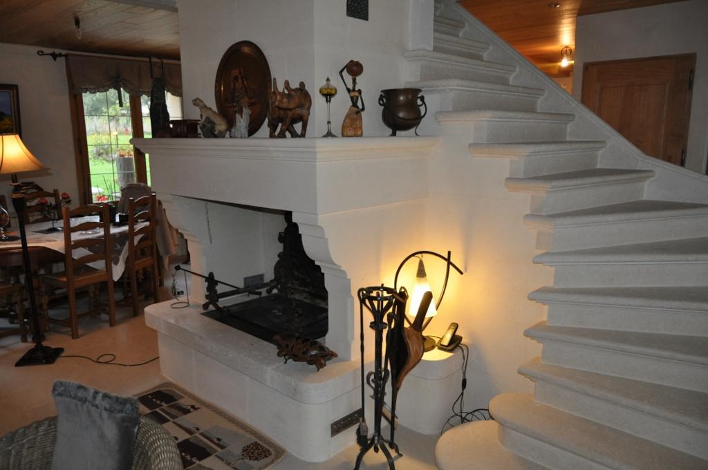 Cheminée et escalier massif