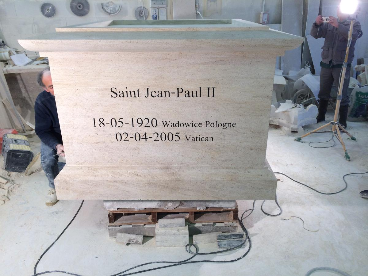 Réalisation du socle de la statue de St Jean-Paul II (Paris)