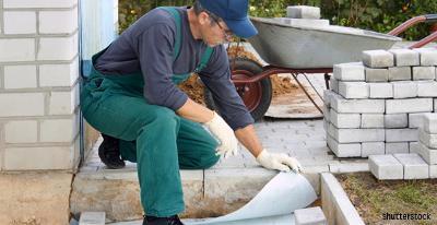 maconnerie_réalisation_terrasse_pose_briques_par_ouvrier_SH_121003.JPG