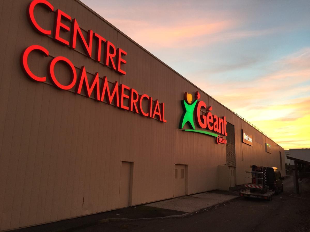 Installation de l'enseigne Géant Casino par Graffiti à Recey-sur-Ource (21)