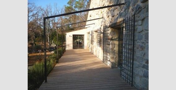 murs en pierres, grilles en ferronnerie, menuiseries aluminium,terrass