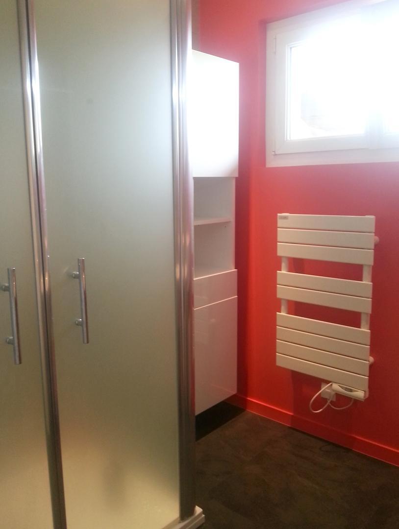 Une petite salle de bain mais belle et fonctionnelle