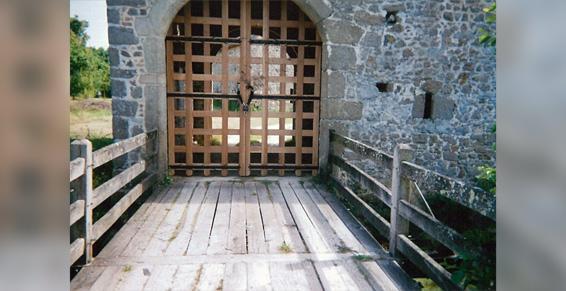 Portail à l'ancienne bois et pont-levis