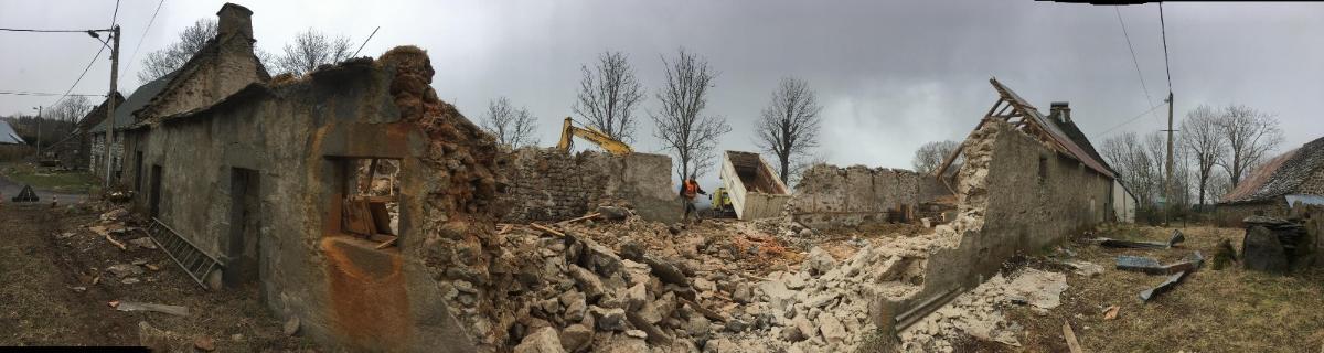 Pendant la démolition de la grange