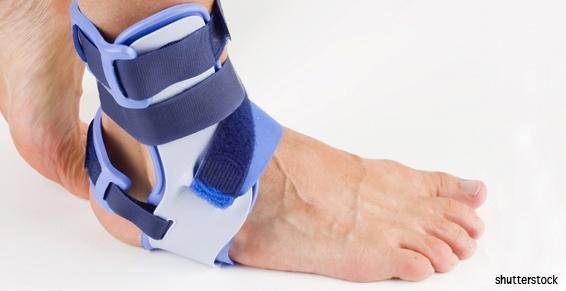 L'orthopédiste traumatologue pose une attelle à la cheville